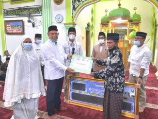 Penyerahan bantuan buat Masjid Raya Singkarak.