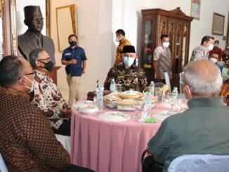 Pertemuan Ketua Komisaris OJK dengan gubernur Mahyeldi.
