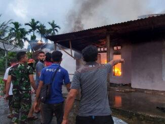 Petugas Damkar Payakumbuh tengah berupaya memadamkan api yang melalap rumah Sari.