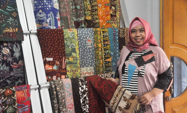 Pimpinan sanggar Azyanu Batik 1000 rumah gadang.