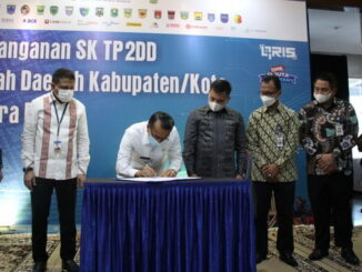 Plt Bupati Solok Aswirman menandatangani berita acara penerimaan SK TP2DD.