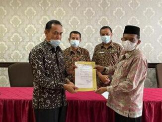 Drs Anwar, M.Si menerima SK Plt Kadis Dikbud yang diserahkan Wabup Padang Pariaman Drs Rahmang, MM
