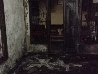 Salah satu rumah yang rusak akibat bom molotov.
