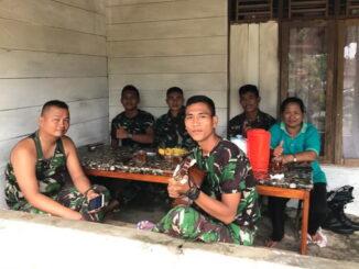 Tim Satgas TMMD Mentawai bersama Bu Wati.