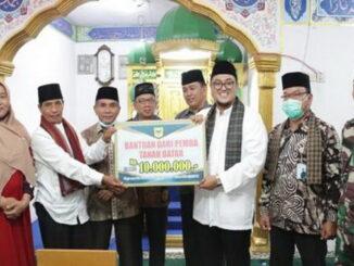 Wakil Bupati Richi Arpian menyerahkan bantuan kepada pengurus Masjid Istiqamah.