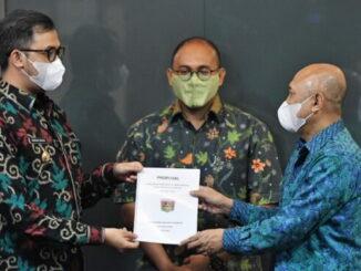 Wako Bukittinggi Erman Safar disaksikan Andre Rosiade nenyerahkan proposal percepatan pertumbuhan ekonomi UMKM di Bukittinggi kepada Menkop.dan UMKM.