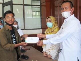 Wako Genius Umar menyerahkan beasiswa.
