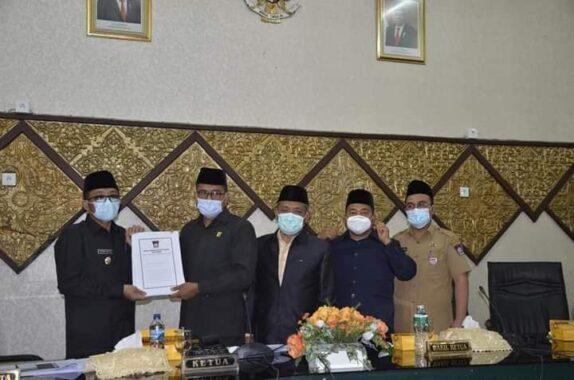Walikota Padang, Hendri Septa terima Sk Pandangan Fraksi DPRD Kota Padang.
