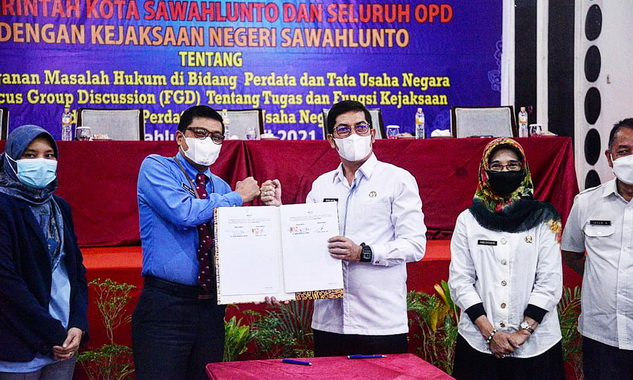 Walikota Sawahlunto Deri Asta, SH dan Kepala Kejaksaan Negeri Kota Sawahlunto Dr. Abdul Mubin, ST. SH. MH usai menandatangani kerjasama.