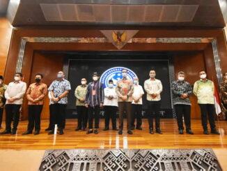 Walikota Sawahlunto foto bersama dengan Menparekraf.