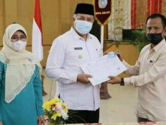 Walikota Solok Zul Elfian Umar saat menerima perubahan dokumen kependudukan.