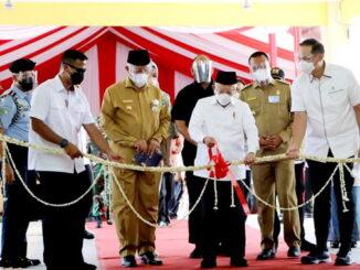 Wapres RI Mak'ruf Amin menggunting pita pertanda diresmikannya Pasar Rakyat Kota Pariaman.