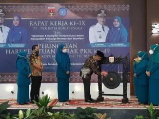 Wawako Bukittinggi Marfendi memukul gong tanda dibukanya Raker ke IX TP PKK Bukittinggi.