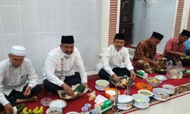 Wawako Mardison Mahyuddin saat makan bajamba.