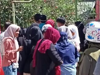 Antrian pengunjung masuk kebun binatang Bukittinggi.