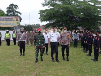 Bupati Sijunjung, Benny Dwifa Yuswir memeriksa peserta upacara gelar pasukan operasi Ketupat Singgalang 2021 didampingi Kapolres dan Forkopimda.