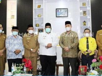 Bupati Suhatri Bur bersama dengan Rektor dan Wakil Rektor IAIN Batusangkar dan kepala OPD Pemkab Padang Pariaman.