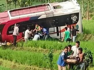 Evakuasi korban kecelakaan lalu lintas bus Pastra di Pasaman.