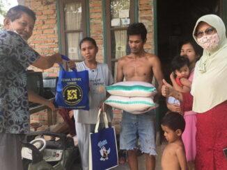 Gema Sehat Juken BKKBN Sumbar saat serahkan bantuan sembako untuk warga dhuafa.
