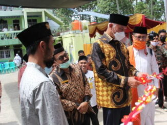 Gubernur Mahyeldi memotong pita peresmian Surau Tinggi Pospes MTI Paninggahan.