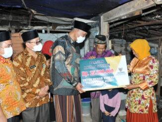 Gubernur Mahyeldi menyerahkan bantuan Baznas untuk RTLH.
