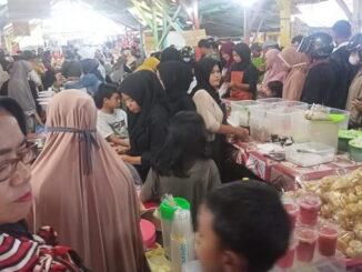 Ini salah satu kerumunan di pasar pabukoan yang sebagian besar pengunjungnya tidak memakai masker.