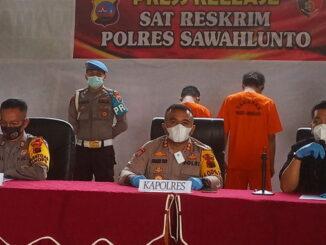 Kapolres Sawahlunto didampingi oleh Kasat Reskrim dan Kasubbag Humas saat Press Release.