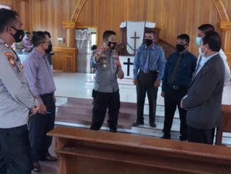 Kapolsek Sipora bersama personilnya saat i memberikan himbauan kepada jemaat GKPM di Desa Sioban kecamatan Sipora Selatan.