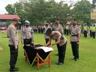 Kasat lantas Polres Sijunjung yang baru AKP. Bayful, SH tengah menandatangani pakta integritas disaksikan Kapolres AKBP. Andry Kurniawan, S. Ik, M. Hum.
