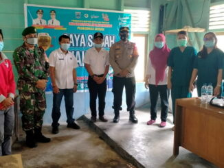 Kegiatan penyuntikan vaksin di Desa Nemnemleleu oleh Puskesmas Desa Sioban kecamatan Sipora Selatan kabupaten kepulauan Mentawai.