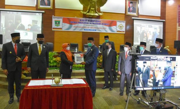 Kepala BPK Perwakilan Sumatera Barat Yusna Dewi saat menyerahakan hasil LHP BPK atas LKPD tahun 2020