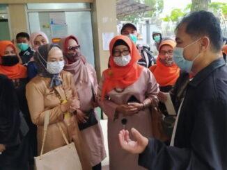 Komunitas baju kuruang basiba menerima penjelasan dari humas RSAM Bukitinggi Mursalman Chaniago.