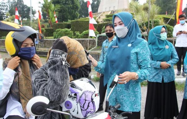Ny. Emiko Epyardi Asda saat mebagikan masker gratis.