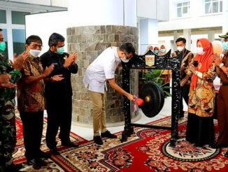 Pemukulan gong tanda dimulainya operasional RSUD Bukittinggi.
