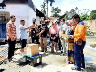 Penyerahan bantuan buat korban kebakaran di Tiakar.