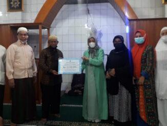 Penyerahan secara simbolis bantuan kepada Mushalla Tasdiq Ganting Parak Gadang oleh Anggota DPRD Kota Padang, Irawati Meuraksa.
