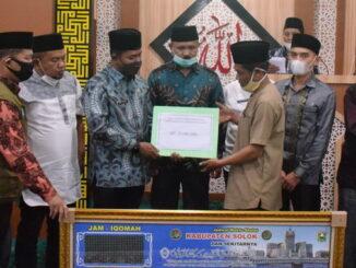 Penyerahan bantuan untuk Mejid Baiturrahman Alahan Panjang.