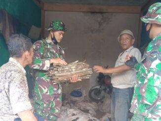 Personil Satgas TMMD Kab. Limapuluh Kota saat komsos dengan petani.
