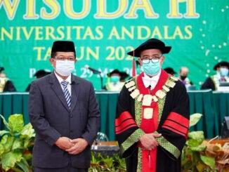 Restu Wirawan SE, MM bersama rektor Unand.