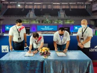 Rudi Nugraha, Direktur AXA Mandiri, Handojo G. Kusuma, saat menandatangani Perjanjian Kerja Sama.