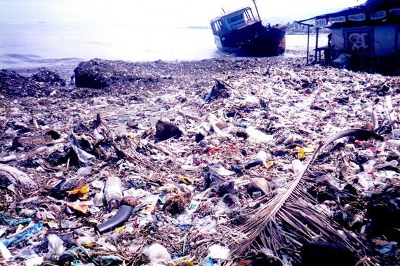 Sampah di kawasan pantai Padang.