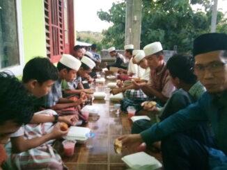 Suasana berbagi dengan santriwan tahfidz Al Qur'an.