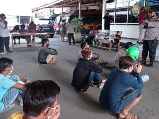 Tim yustisi penegakan Perda AKB di Payakumbuh memberikan pembinaan kepada pelanggar Perda tersebut.