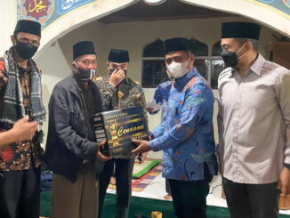 Wabup Jon Firman Pandu didampingi Wagub Audy Joinaldi saat menyerahkan bantuan.