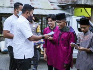 Wabup Jon Firman membagikan masker kepada warga Sungai Nanam.