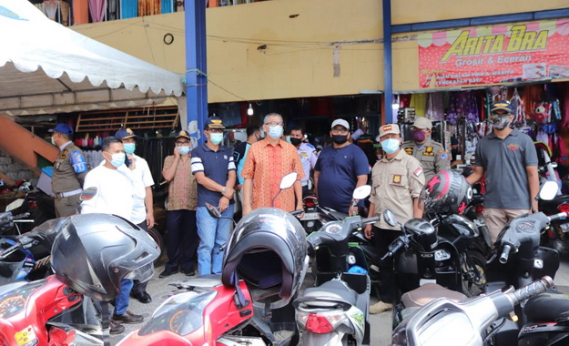 Wako Payakumbuh tinjau kondisi kepatuhan warga terhadap prokes di pusat pertokoan.