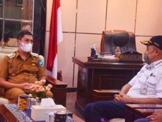 Walikota Sawahlunto Deri Asta bersama Direktur Keuangan PT. KAI Salusra Wijaya.