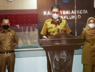 Walikota Sawahlunto didampingi oleh Sekdako dan Asisten I Bidang Pemerintahan saat Jumpa Pers.