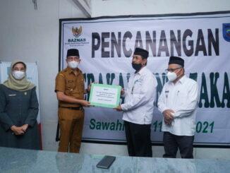 Walikota Sawahlunto serahkan zakat pada BazNas Sawahlunto.