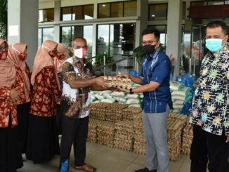 Wawako Payakumbuh menyerahkan paket sembako DWP Payakumbuh kepada ASN dan THL.